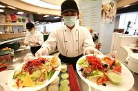 廣達電腦股份有限公司 - 幸福美食街:豐富三餐,中西式美食多樣選擇,7-11,Starbucks、洗衣坊、書店、員工享有專屬折扣。