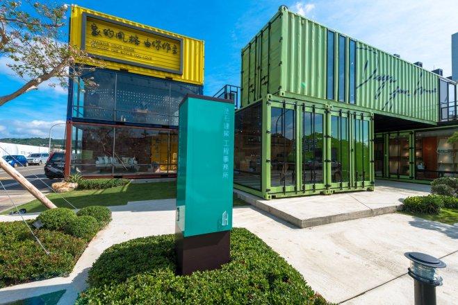 丞石建築機構_誠泰開發有限公司 【這是我們的工務所,既是工務部的辦公空間,也是已購客拼貼住家模樣的夢工廠。利用貨櫃設計搭建、靈活運用空間,以活潑清新的風格營造宜人的工作氛圍,不論是公司同仁,還是客戶,都享有最舒適的使用空間。】