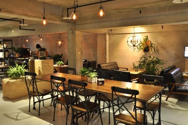 Enter°Space密室逃脫_進入空間有限公司 【【工作環境】 工業風的咖啡廳環境讓人可以好好放鬆被絞盡的腦汁,或是好好討論剛才體驗的各種驚險狀況、有趣橋段。不定時與藝術家合作展覽與藝術,讓這個冒險者們的集會所更加充滿了謎團…】