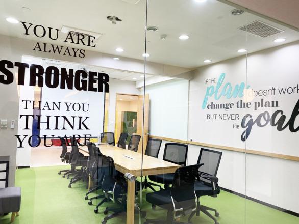 逗寶國際有限公司 【玻璃牆設計的會議室,開會也要很時尚。】