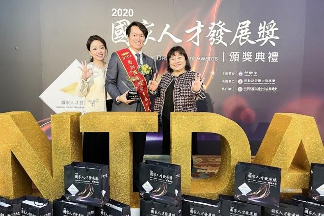 OK_忠訓國際股份有限公司 【2020獲得 NTDA國家人才發展獎,與勞動部長合影。】