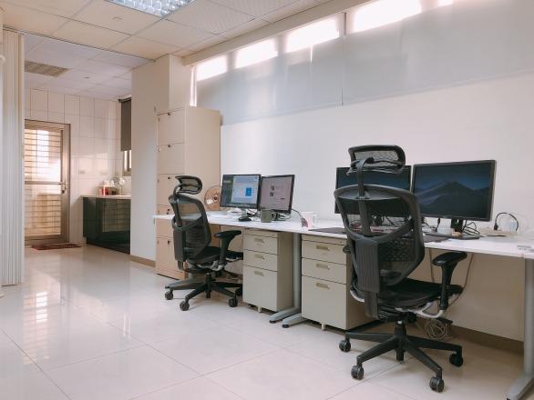 聯成數網股份有限公司 【寬敞的空間,超大工作空間,雙螢幕與專業人體工學椅是標配。】