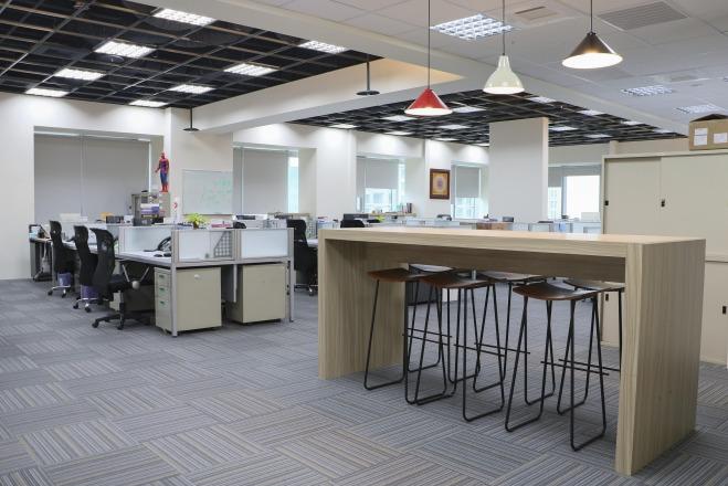 微程式資訊股份有限公司 【[ 舒適環境 ] 到吧檯和同事聊個天吃個點心再工作吧!】