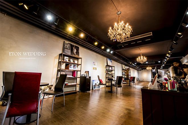 伊頓婚紗工作室_伊頓數位科技有限公司 【工業風設計,水晶燈的點綴,舒適的空間連自己的同仁都流連忘返~】