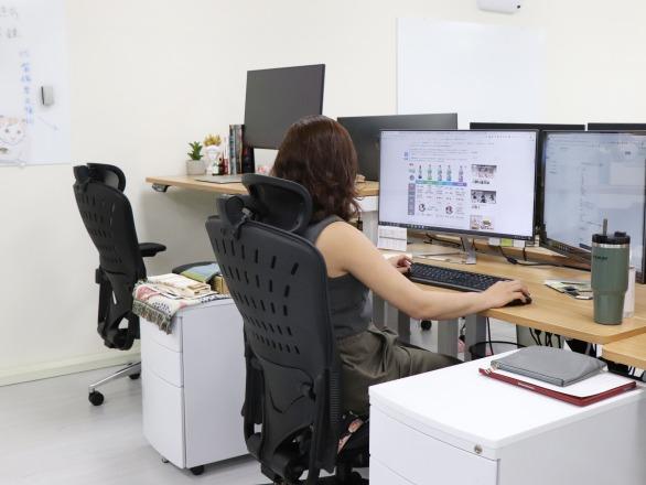 汪喵星球_自力耕生股份有限公司 【人體工學椅與電動升降桌是公司對員工的關懷】